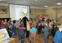 На фото: Под мелодию русской народной песни дети весело и охотно танцевали вместе со сказочными героями.