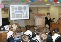 Учащиеся МОУ СОШ № 77 и ведущая Савинова Л.А.