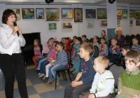 Ведущая Елена Клепикова и воспитанники детского сада