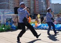 Ведущие знают танец настоящих моряков:)