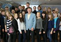 На фото: учащиеся школы № 6 и Ю. Коренев