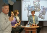 На фото: Дискуссия: читатель Ю. Пискунов, автор книг Ю. Коренев, сотрудники центра М. Скибицкая и Н. Пятакова.