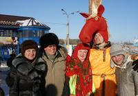 На фото: Семья Усольцевых и Максим Номоконов (Алеша Попович)