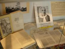 Книжно-иллюстративная композиция в гостиной Полевых